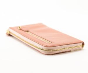 ef30e0190118 JOGGOのL字長財布は、ラウンドファスナータイプに比べてコンパクトなのも魅力のひとつ。片面にファスナーがない分、L字長財布 の方がスリムな仕様になっています。